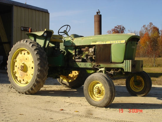 DSC08379 large 1972 JD 2520 Tractor Sold for Record $23,250 on NC Auction