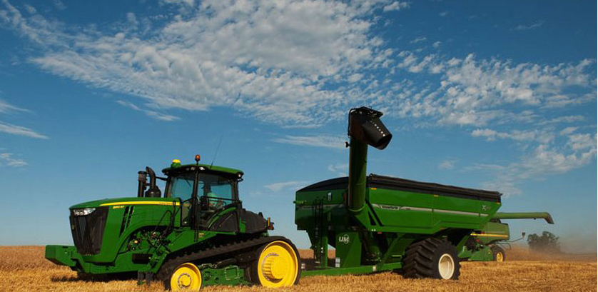 John Deere 9RT in Field