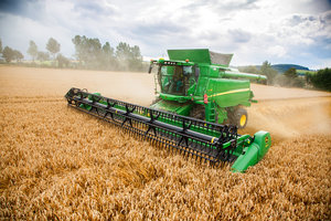 The 2017 updates to the John Deere T670 will make it a useful piece of equipment for canola and small grain producers.